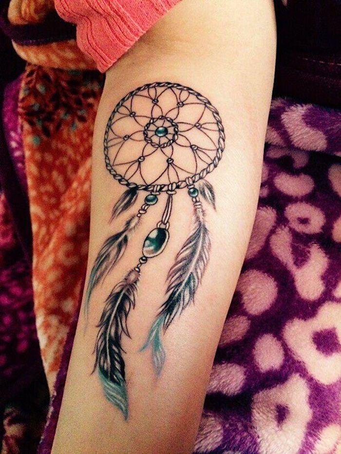 tatouage femme capteur de rêve, joli attrape reve avec filet, plumes et pendentifs pierres