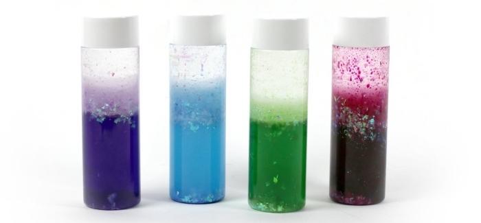modèles de petites bouteilles sensorielles diy, avec quoi remplir une bouteille montessori, contenant en plastique avec eau et peinture glitter