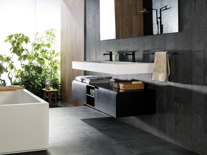 quelle couleur associer avec le gris anthracite dans la salle de bain contemporaine, idée revêtement mural salle de bain à imitation bois