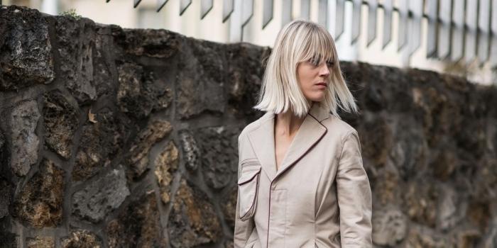 coloration avec blond polaire meche châtain, idée coupe de cheveux mi longs en carré, technique coloration mèches blondes