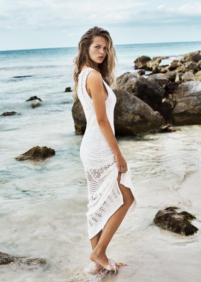 idée coiffure bohème chic avec ondulations effet wavy, modèle de robe longue à effet crochet blanc de style hippie chic