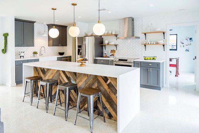 Ilot de cuisine moderne et chaises hautes vintage, meuble cuisine rétro style, décoration cuisine ancienne, le style rétro à la mode