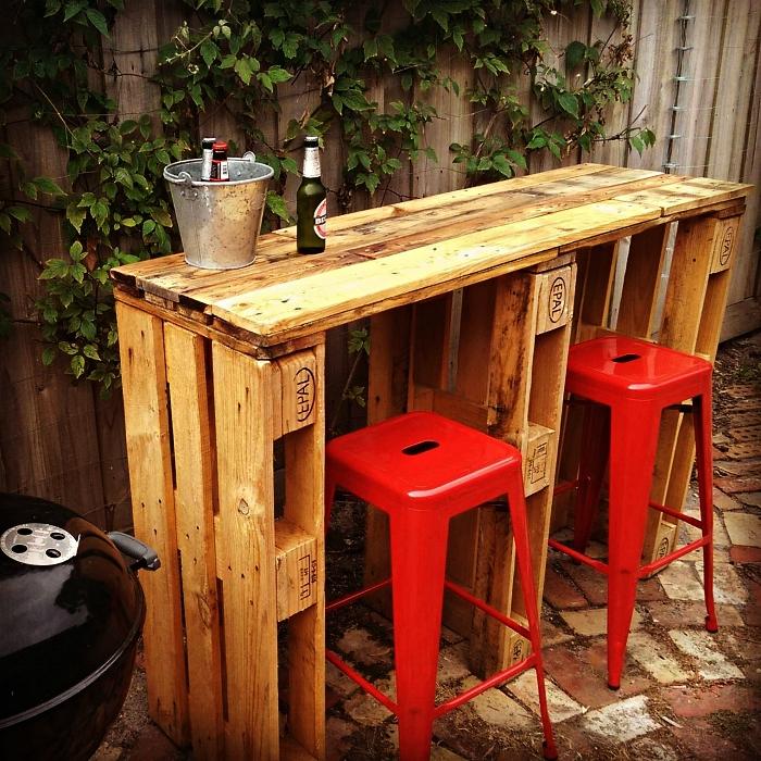 meuble en palette pour le jardin ou l'intérieur, bar de jardin en palette avec deux tabourets de bar industriels de couleur rouge