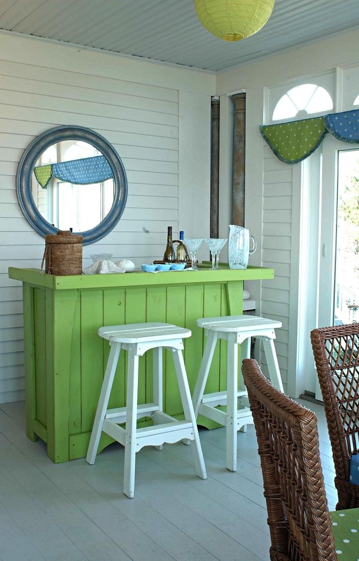 deco bar de style bord de mer repeint vert anis avec tabourets de bar en bois blanc, construire un bar à cocktail en bois récup