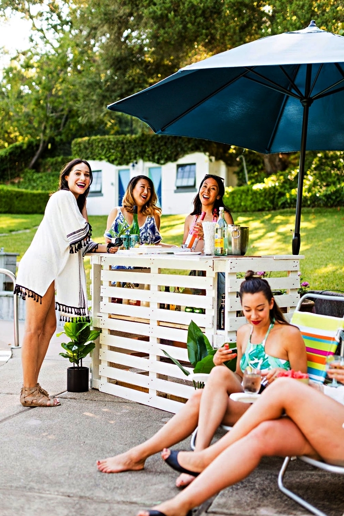 comment fabriquer un meuble en palette pour l'extérieur, bar à boissons en palettes récup installé au bord de la piscine
