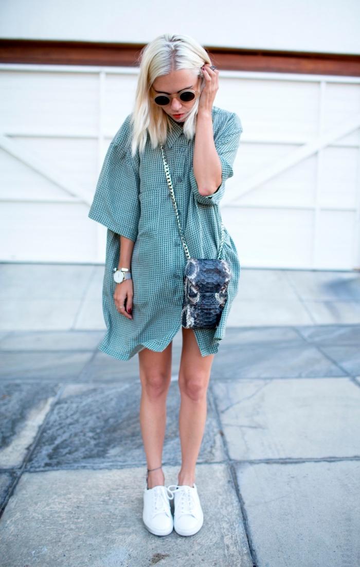 idée look d'été en robe chemise oversized de couleur verte combinée avec baskets, exemple carré long plongeant