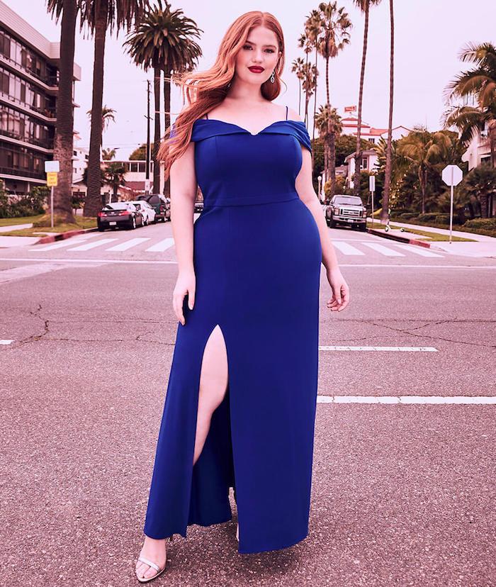 exemple de robe de soirée grande taille longue couleur bleu marine à bretelles tombantes avec une fente