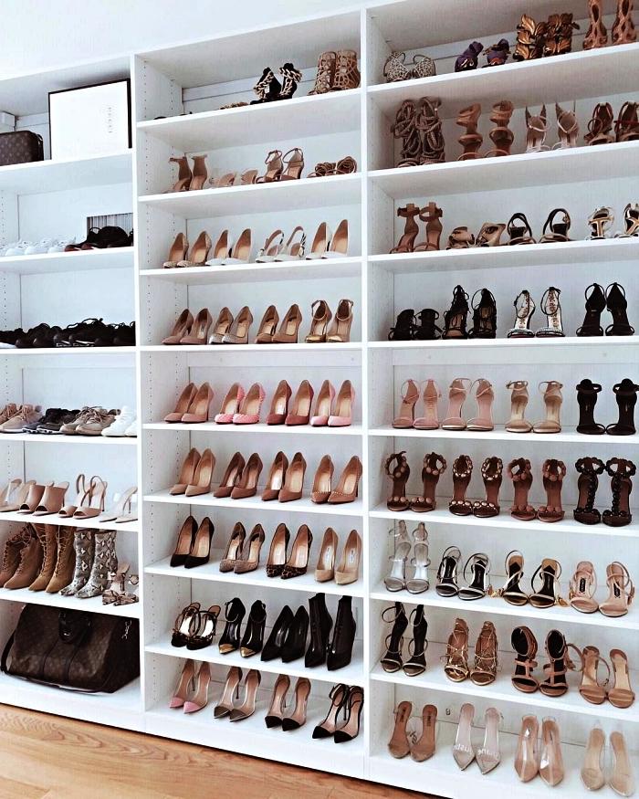 dressing ouvert pour chaussures avec bibliothèque qui occupe le mur entier, meuble de rangement chaussures fonctionnel