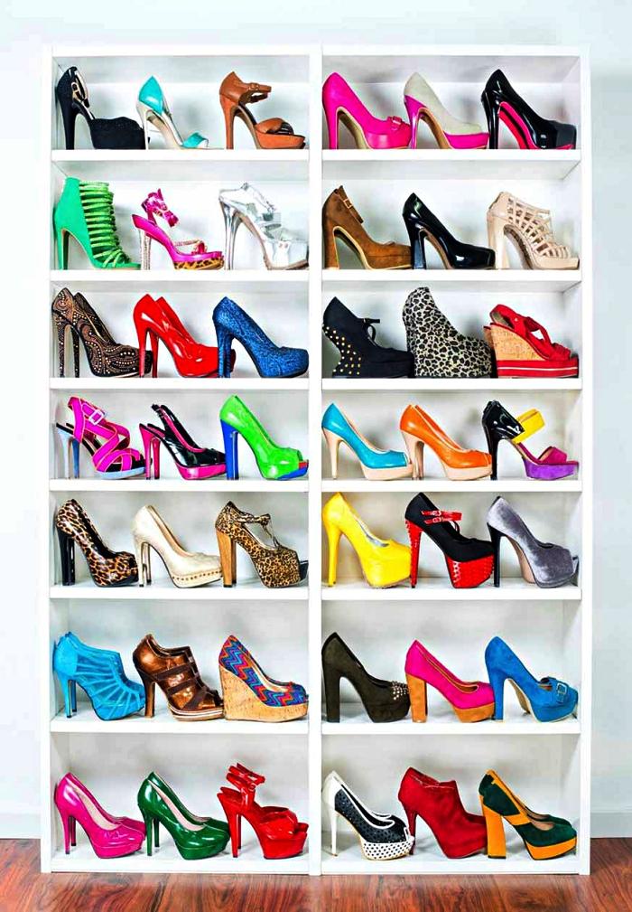 bibliothèque ikea transformée en meuble à chaussures fonctionnel, meuble chaussures ikea avec paires de talons colorés