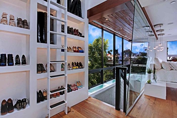 cage d'escalier transformée en dressing chaussures, meuble a chaussure haut avec étagères ouvertes et échelle