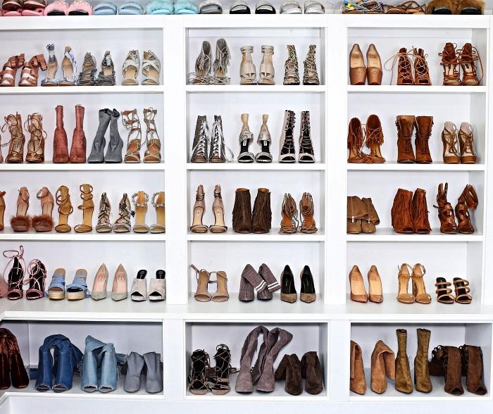 dressing ouvert à chaussures avec un système de rangement d'étagères sur mesure