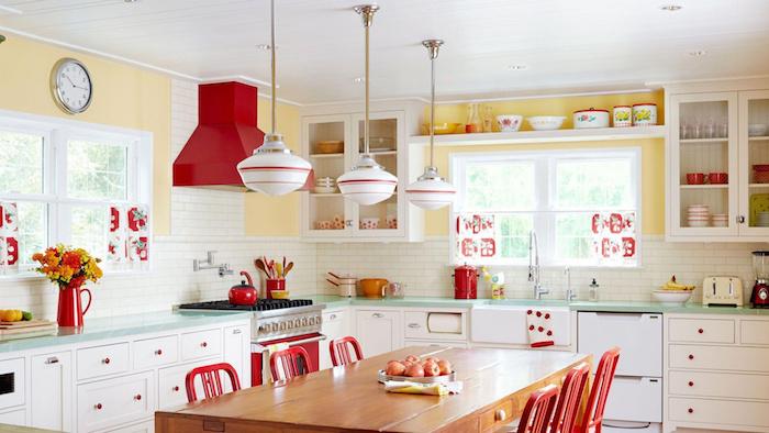 Cuisine retro rouge et blanc avec mur peinture jaune, intérieur maison design cuisine, vase avec fleurs de jardin