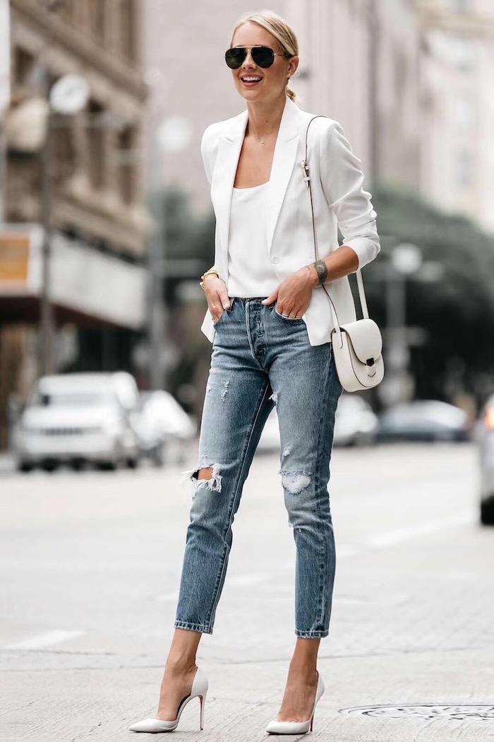 Veste blanche type tailleur, jean déchiré associée avec chaussures à talon chic, image stylée, casual mode, tenue chic femme