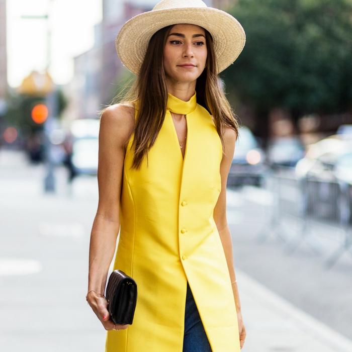 chapeau femme panama, joli chapeau de paille, blazer jaune, jeans bleus, sac à main noir
