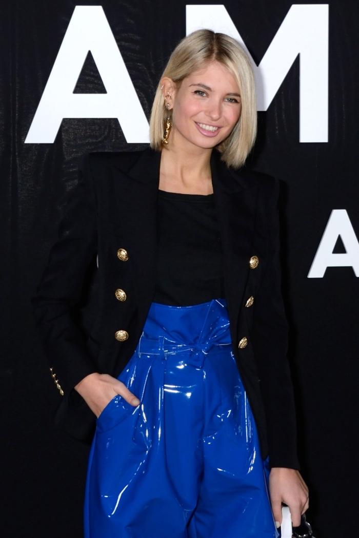 couleur de cheveux blond blanc avec racines foncées, idée coupe de cheveux femme tendance 2019 avec carré mi long