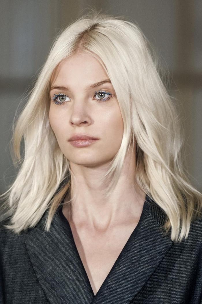 quelle couleur de cheveux blonds pour yeux verts, idée coloration blond platine avec racines et sourcils blond foncé