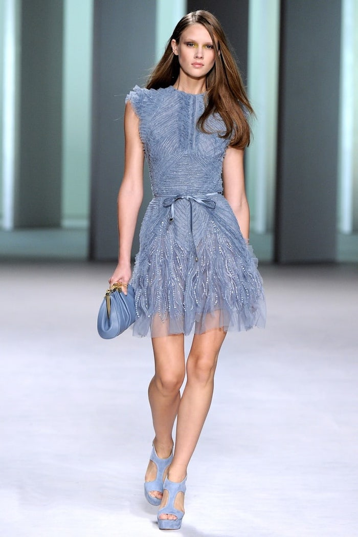 Robe courte tendance, image robe chic bleu-gris, inspiration robe invitée mariage, pochette moderne