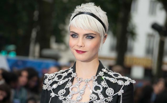 coupe garçon tendance, idée couleur de cheveux blond 2019, Cara Delevingne aux cheveux courts blond blanc