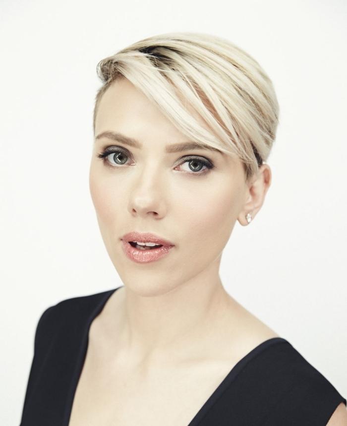 idée coupe courte pour femme, Scarlett Johansson aux cheveux courts, coloration blond platine avec racines noires