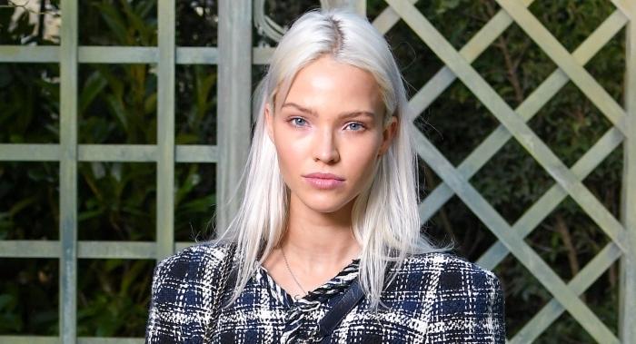 quelle couleur de cheveux blonds pour yeux bleus et peau clair, exemple de coloration tendance 2019 en couleur blond blanc