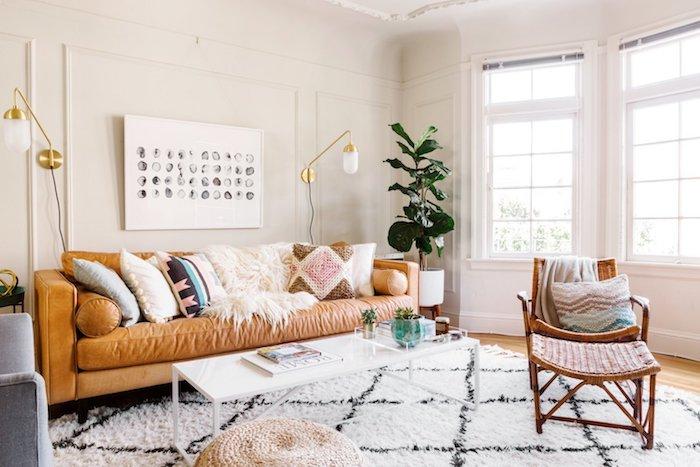 Canapé en cuir, tapis style berbere, deco boheme, belles couleurs et plantes vertes, lampes tactiles dorés, peinture murale