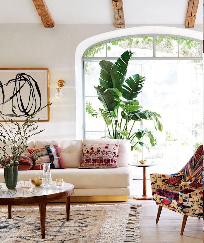 Plante verte géante, salon chambre boheme, déco berbère, idée comment décorer sa chambre, canapé blanc style berbère tapis fait à main