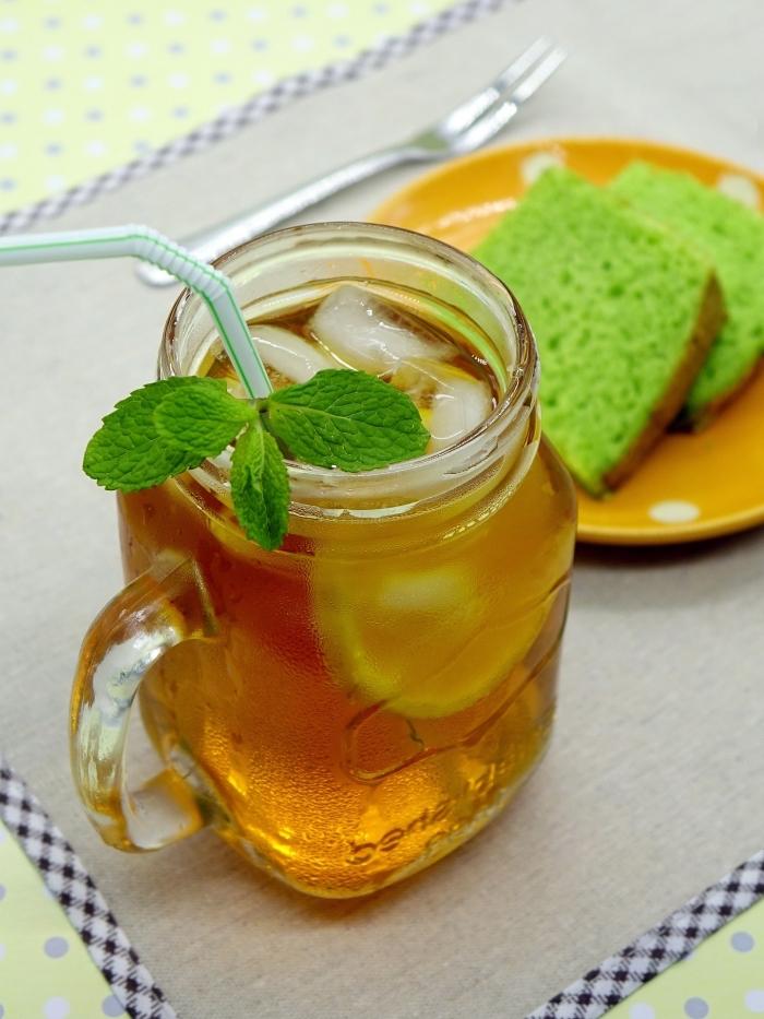 quel contenant pour servir un ice tea maison, idée jar remplie de thé glacé servi avec tranches de citron et feuille menthe