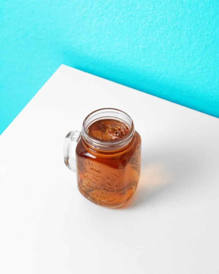 jar pour thé glacé, recette thé glacé menthe et citron, préparer un thé froid facile à base de tisane et jus de citron