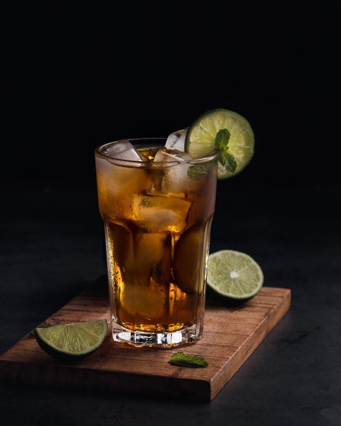 comment faire du thé à la menthe, recette thé froid à la lime et menthe, idée boisson rafraîchissante aux fruits et herbes fraîches