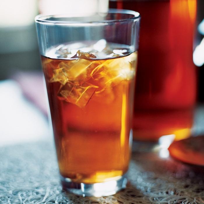 idée boisson rafraîchissante au thé vert refroidi, verre de thé glacé traditionnel, recette thé glacé pêche classique