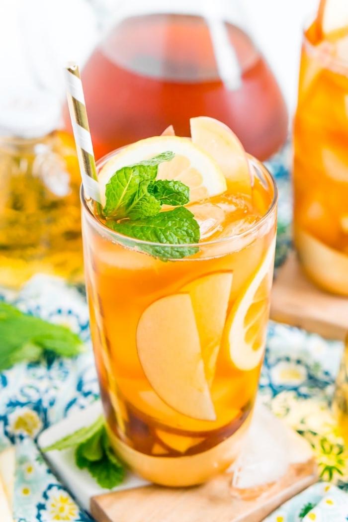 idée boisson detox sans sucre, préparer un ice tea avec fruits et feuilles de menthe, exemple thé glace aux pommes