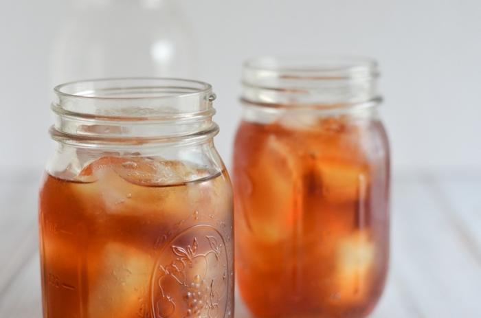 jar pour boisson froide, idée recette boisson au thé vert refroidi, exemple ice tea maison recette classique à pêche