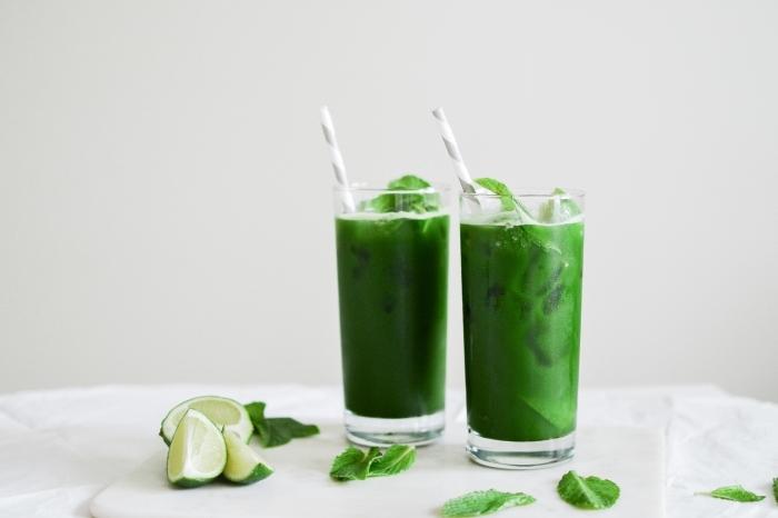 faire une boisson detox facile, exemple de thé glacé à la lime et à la menthe servi avec du lait de coco, idée thé glacé sain