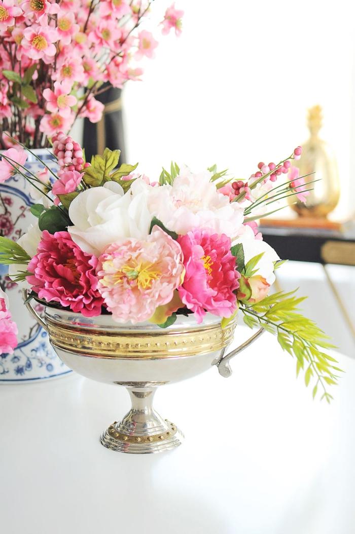 vases avec branches fleuries roses, centre de table en bol vintage avec des fleurs roses et blanches