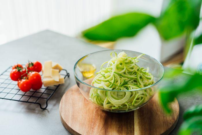 spaghetti de légumes à faire soi meme avec coupe spaghetti, recette facile et rapide pour un repas du soir leger