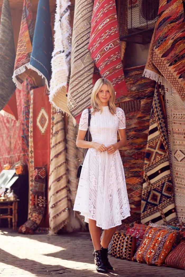 look bohème chic avec robe mi-longue à col avec petite manche et broderie, idée robe blanche été avec jupe fluide