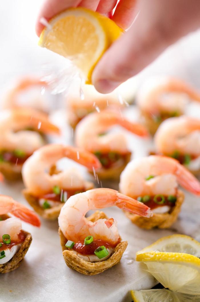 bouchées salées crevettes et triscuits, apéritif léger au jus de citron et au sel de mer, assaisonné de sauce tomate et oignon vert