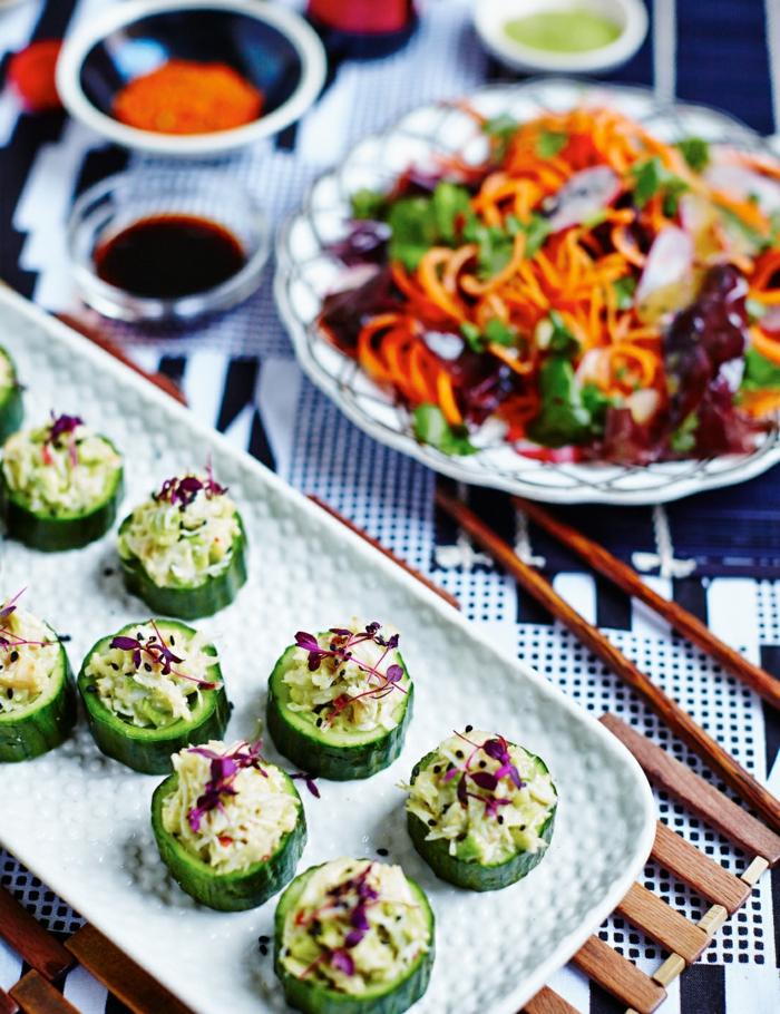 sushi de concombres, amuses bouches originaux, concombre, riz, fleurs comestibles, salade de légumes frais et sauce