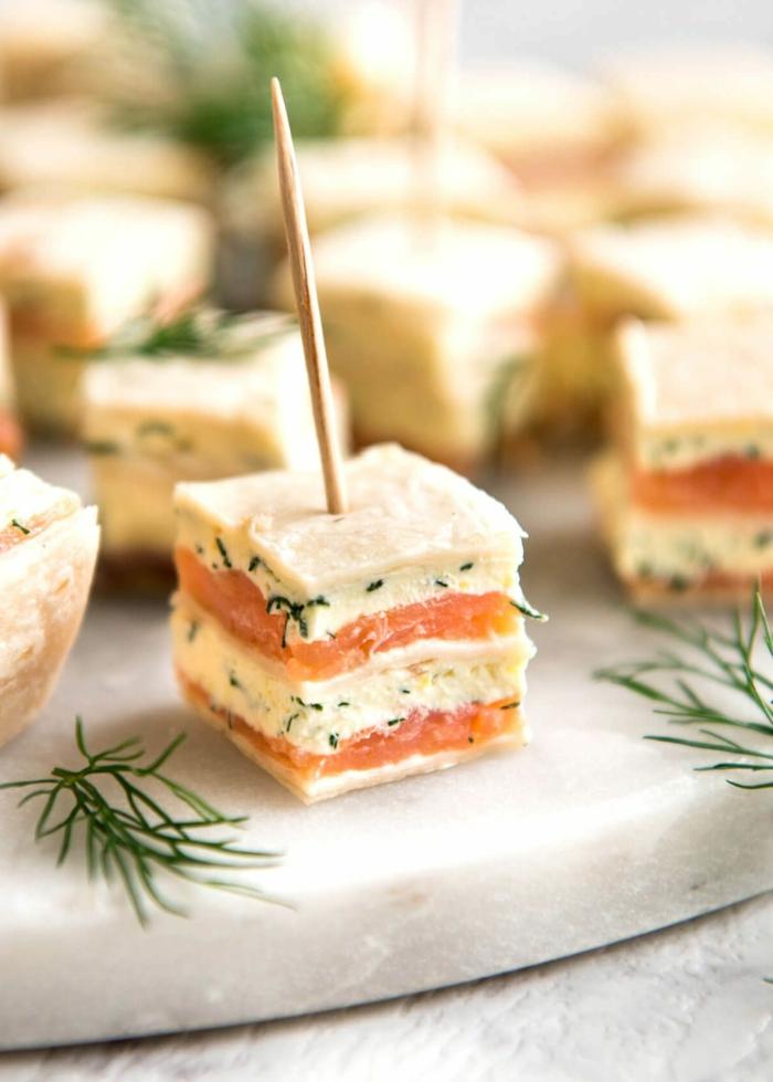 brochette apero, bouchées salées apétissantes, fromage de féta, saumon fumé, herbes fraîches