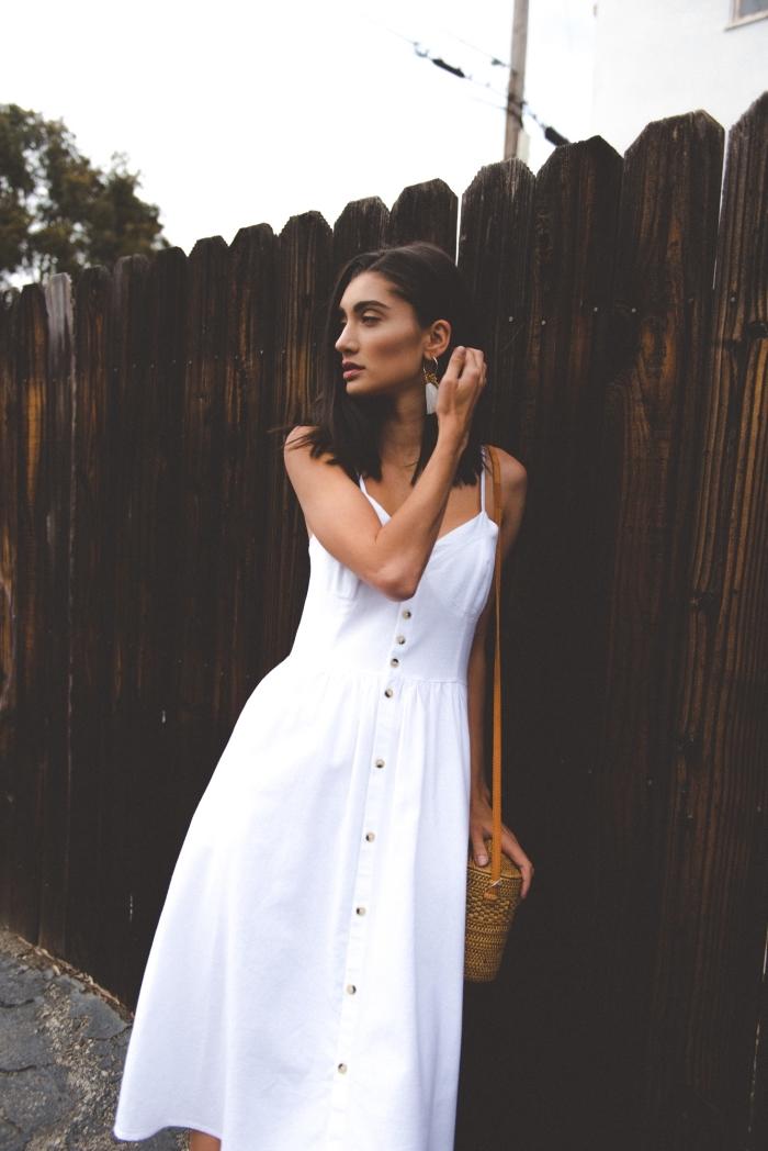 style vestimentaire femme bohème chic, modèle de robe mi-longue blanche avec bretelles et boutons marron