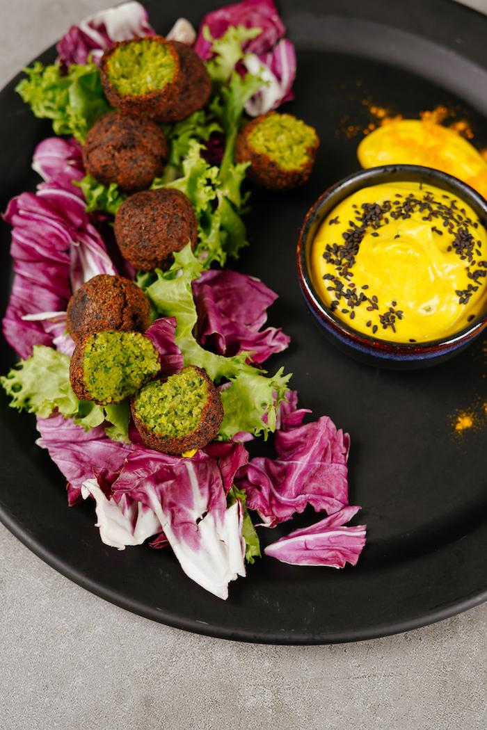 apéro dinatoire chaud ou froid, boulette au pois chiche au persil et oignon vert avec salades variées