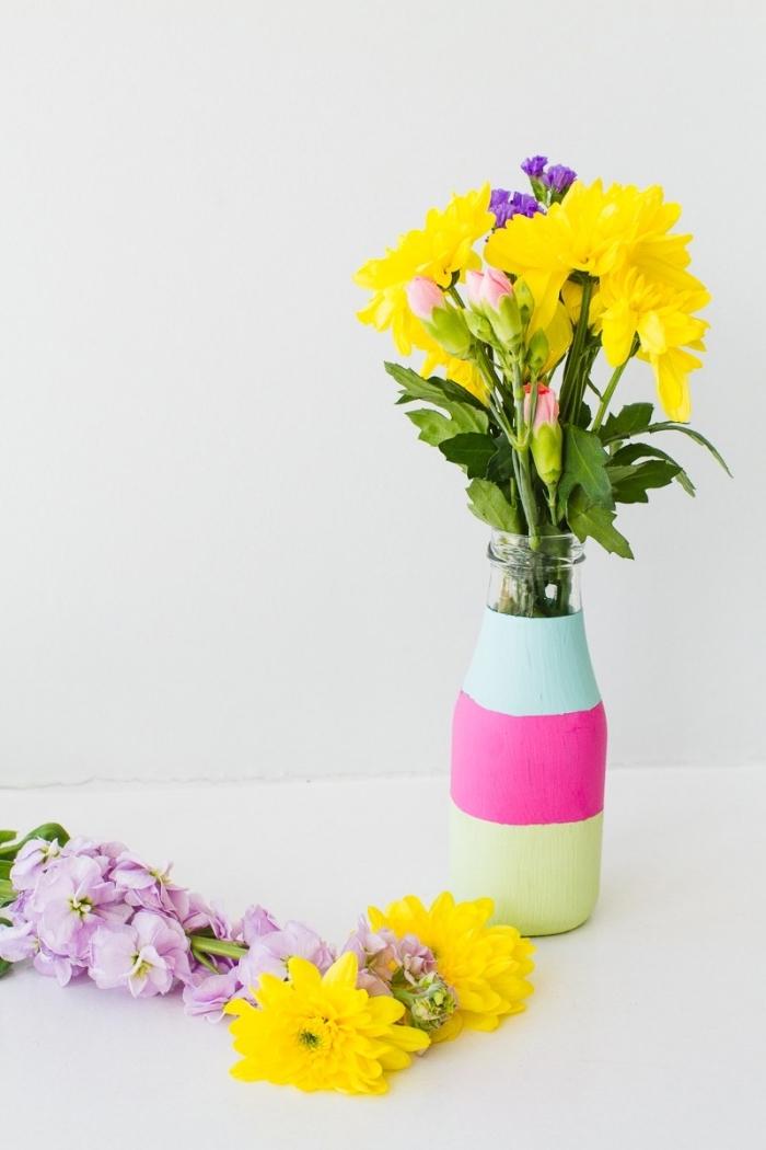 joli vase créé avec bouteille et peinture acrylique, fleurs printanières, décoration table joyeuse