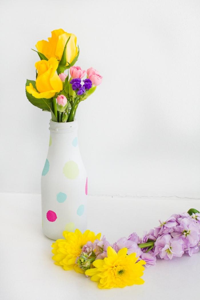 bouteille transformée en vase, grands pois multicolores, roses jaunes, oeillets, deco de table anniversaire