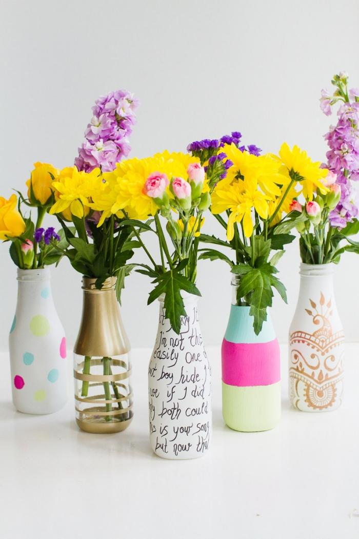 bouteilles décorées à la main comme vases avec peintures et marqueurs, deco de table printanière