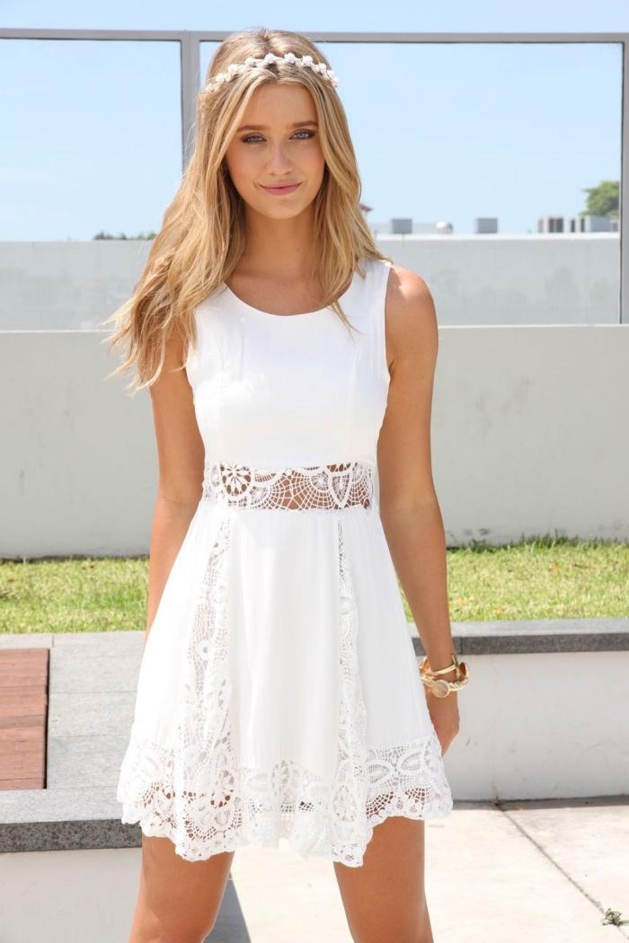 exemple de robe blanche courte tendance été, modèle de robe courte avec ceinture brodée et jupe fluide courte