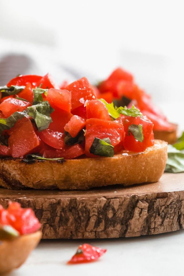 bruchetta aux tomates, recette apéro dinatoire facile sans cuisson, rondin de bois, présentation originale