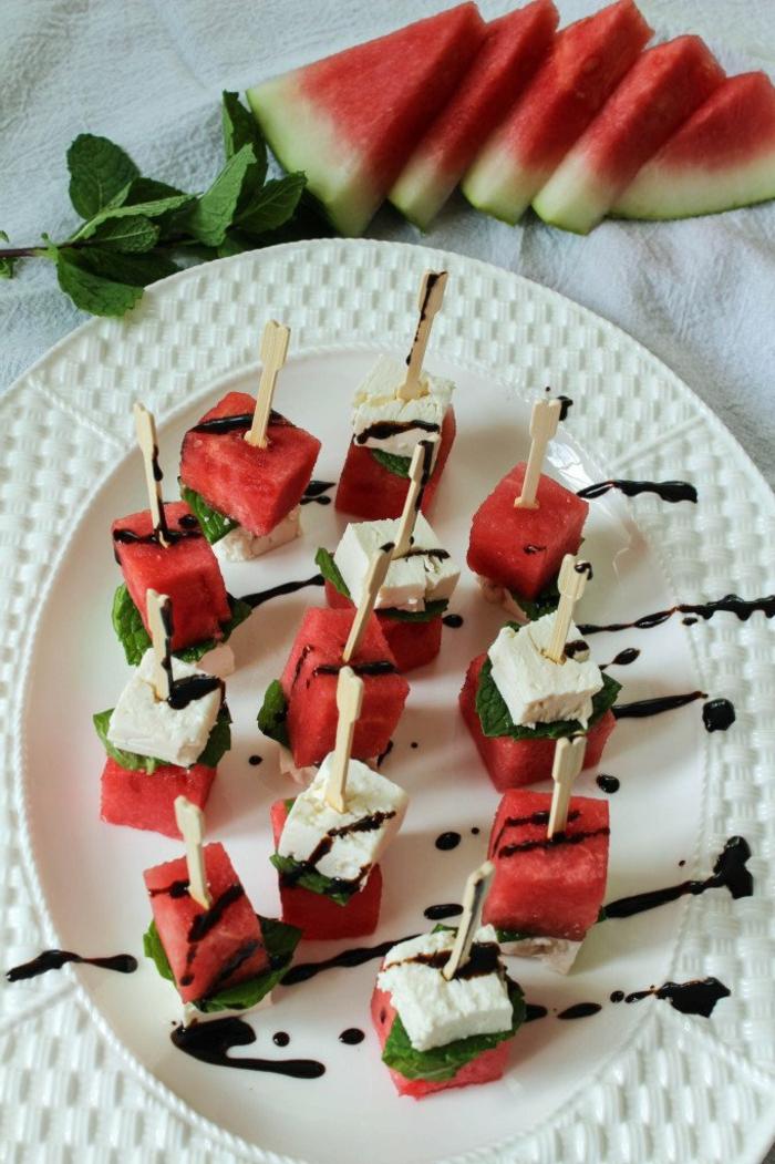 amuse bouche apéritif facile, melon d eau, fromage de chèvre, sauce gourmande, feuille de menthe
