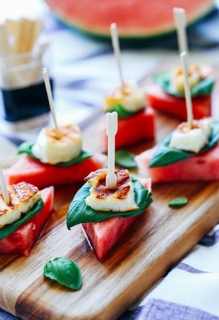 brochette de melon d eau et fromage avec garniture de feuilles vertes, halloumi et pastèque