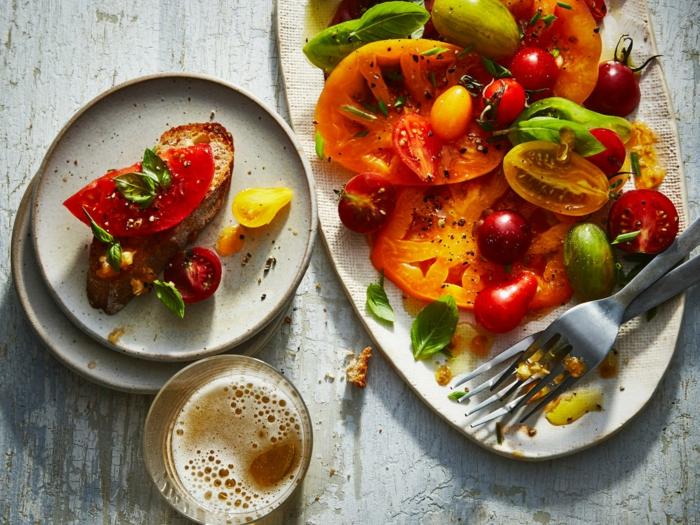 bruchetta de pain grillé et légumes, tomates en rondins, verre de bière, poivron vert, apéritif léger