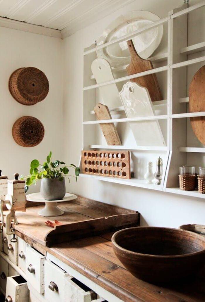 Cuisine bois rangement étagères ouvertes, objet deco cuisine, vintage idées pour le design d'intérieur, cool idée déco, plante verte sur la table